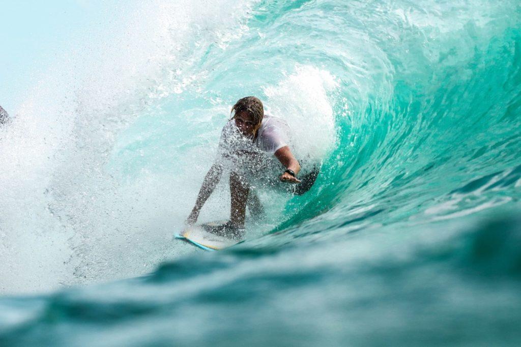 Une image contenant vague, eau, surf, équitation  Description générée automatiquement
