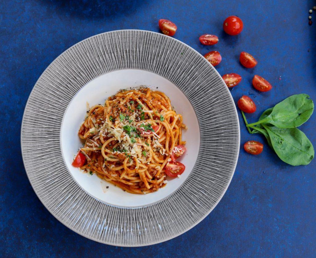 Une image contenant assiette, alimentation, bleu, légume  Description générée automatiquement